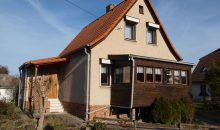 Einfamilienhaus Wörmlitz - seitlicher Blick auf das Haus mit Sicht auf den Eingangsbereich