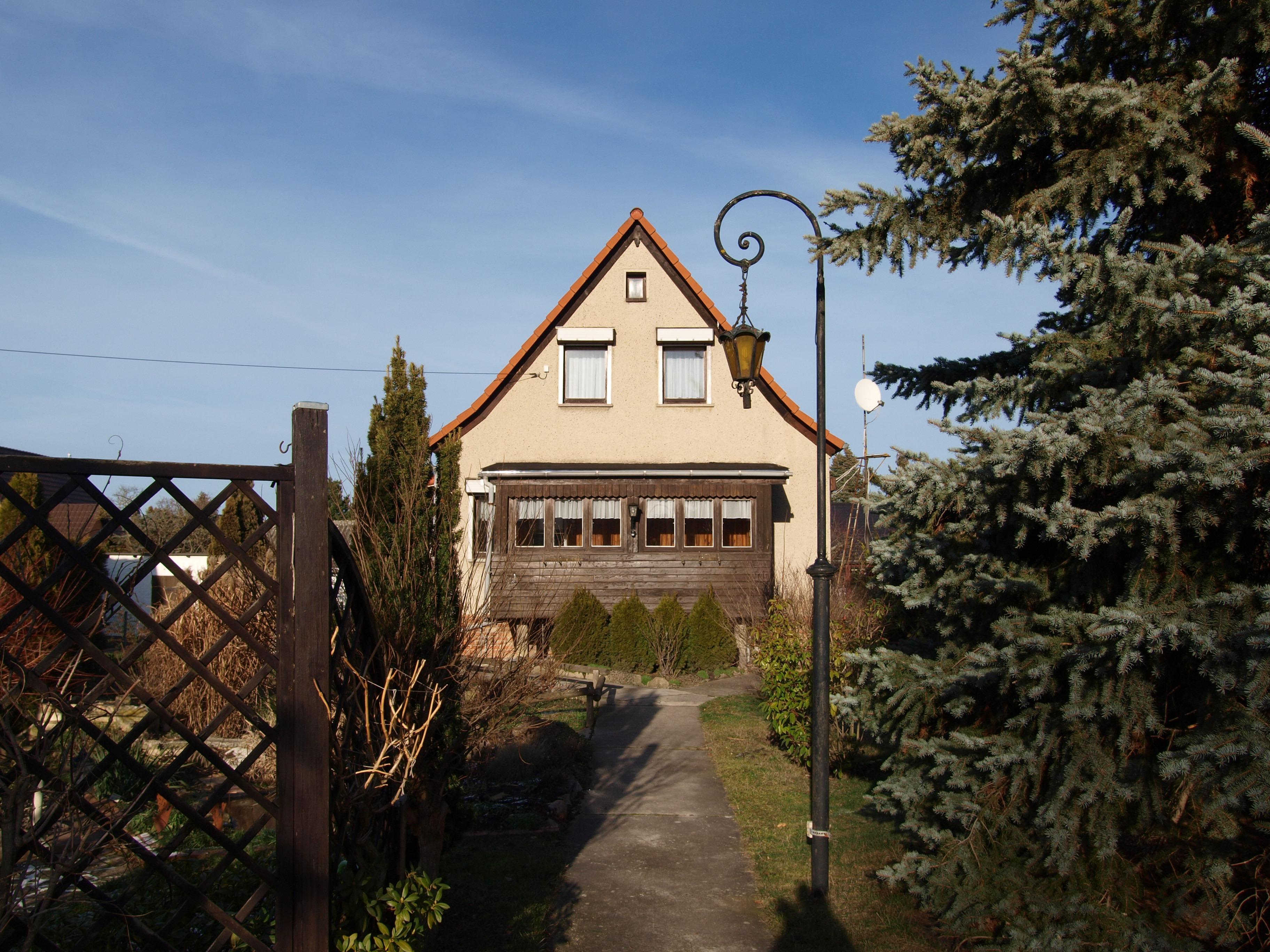 Einfamilienhaus Wörmlitz - liebevoll begrünter Zugang zum Haus/Frontansicht