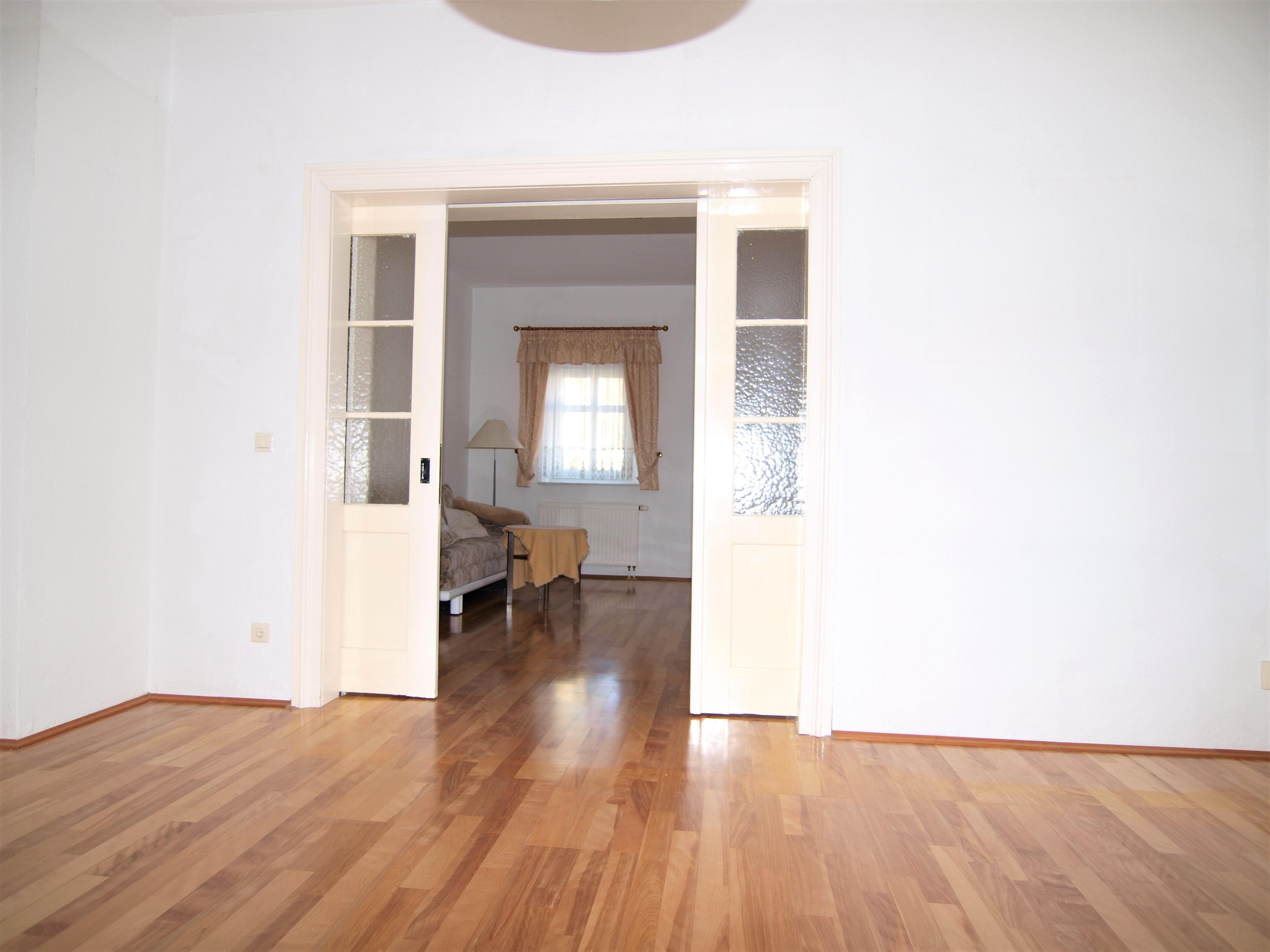 Eigentumswohnung Halle - 2 Wohnzimmer mit Parkett verbunden mit einer Schiebetür -