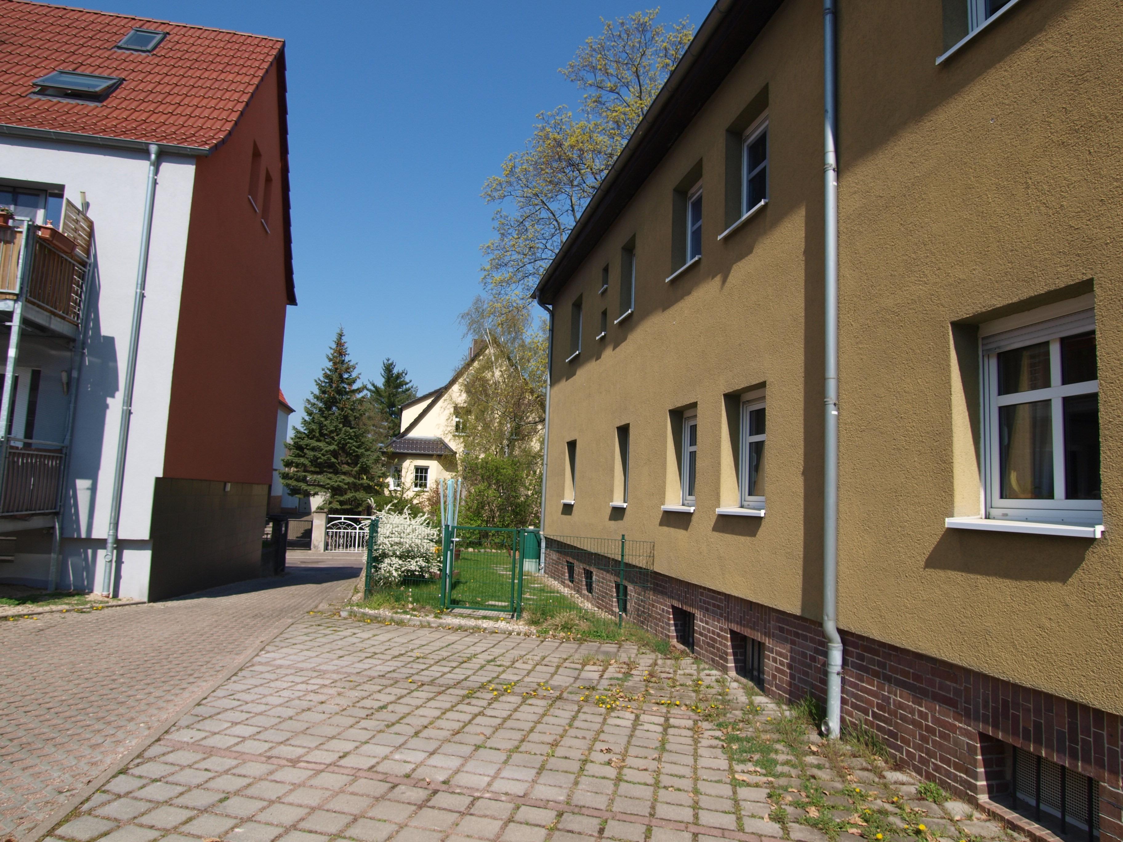 Eigentumswohnung Halle - der zweite Stellplatz von vorne gehört zur Wohnung