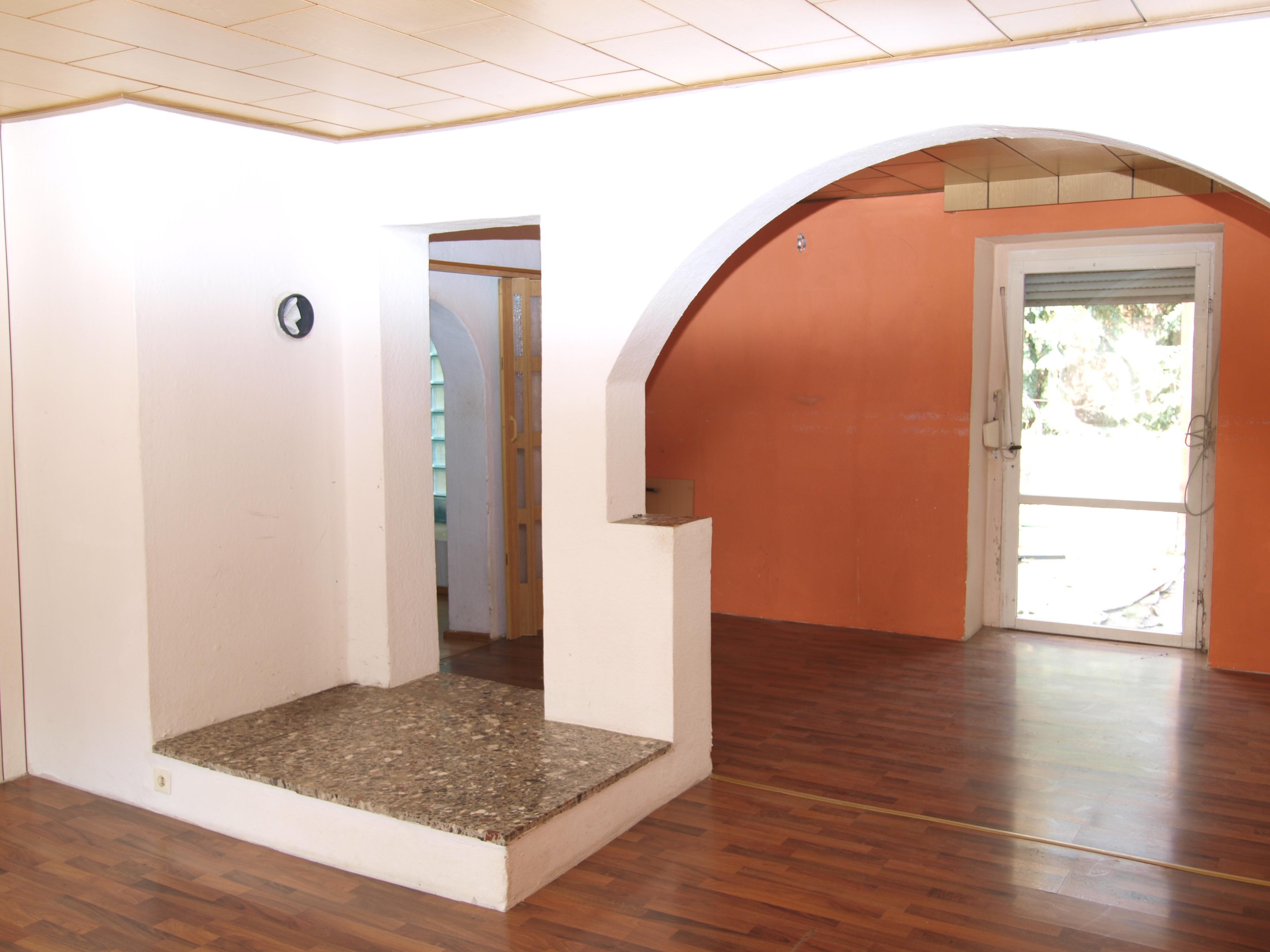 Einfamilienhaus Mansfeld - individuell geschnittenes Zimmer im Erdgeschoss mit Kaminabsatz und Zugang zur Terrasse