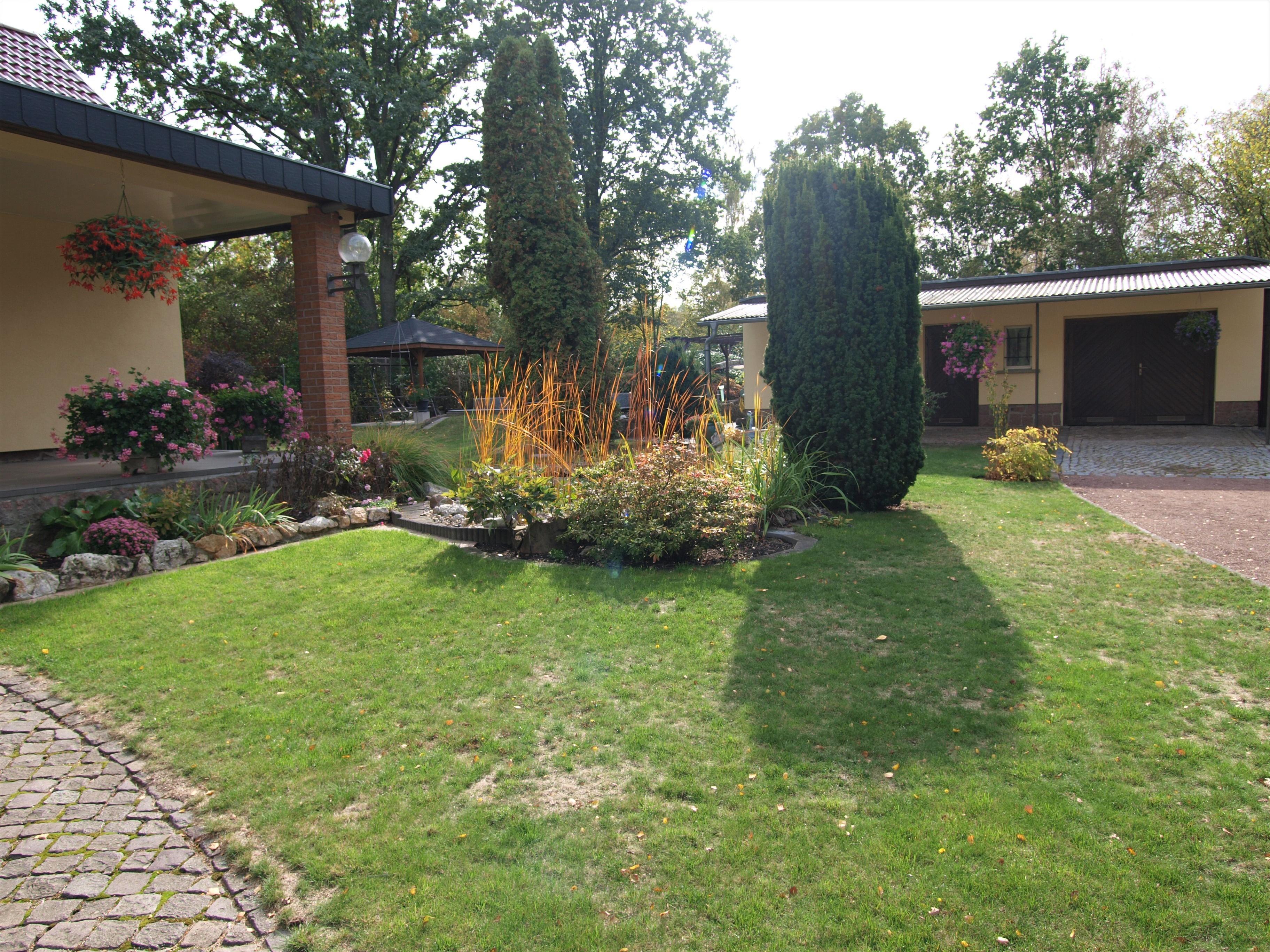 Einfamilienhaus Kröllwitz - Blick zum Haus und zur Garage