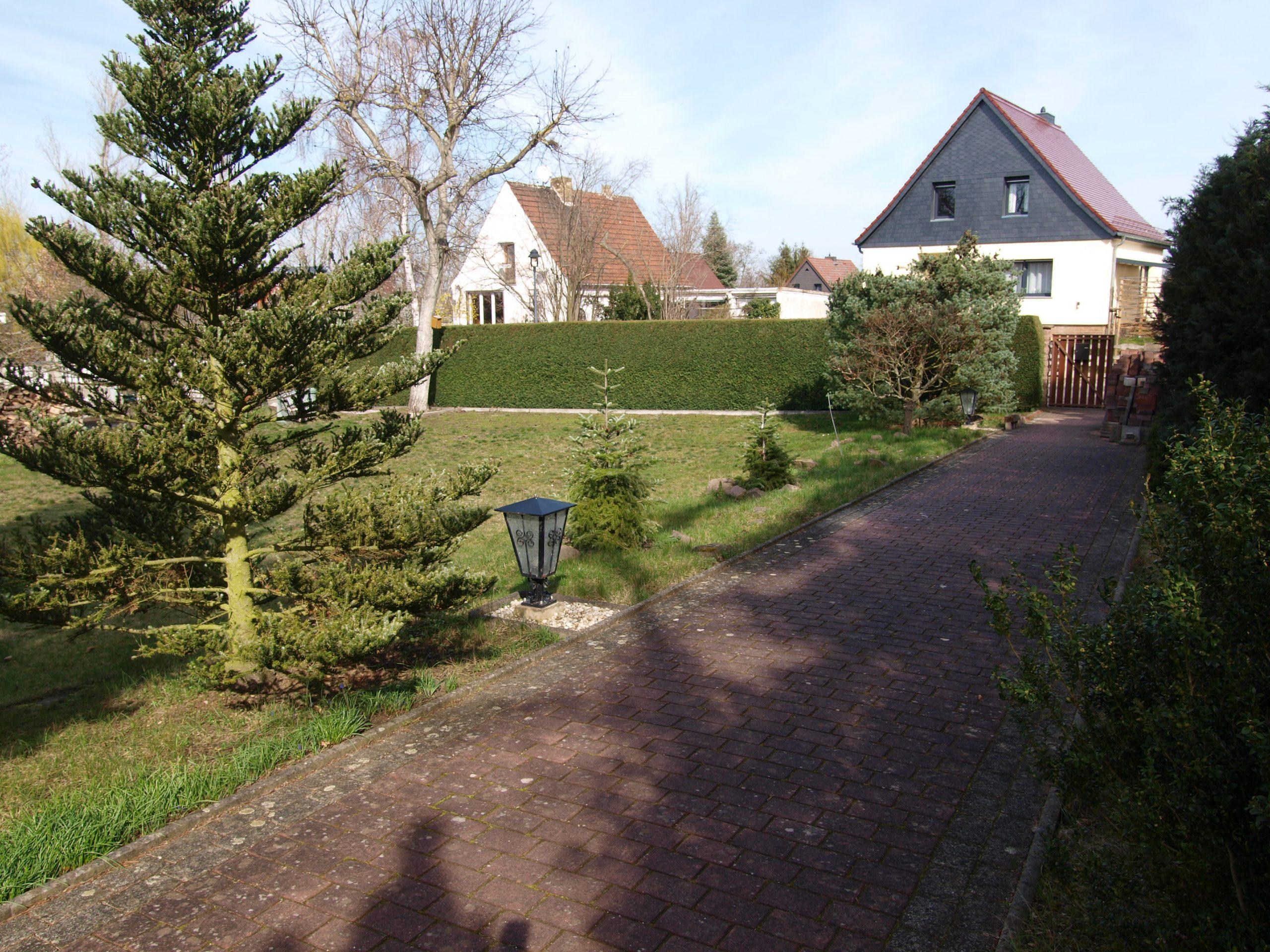 Einfamilienhaus Kröllwitz - Blick vom Haus zur Einfahrt