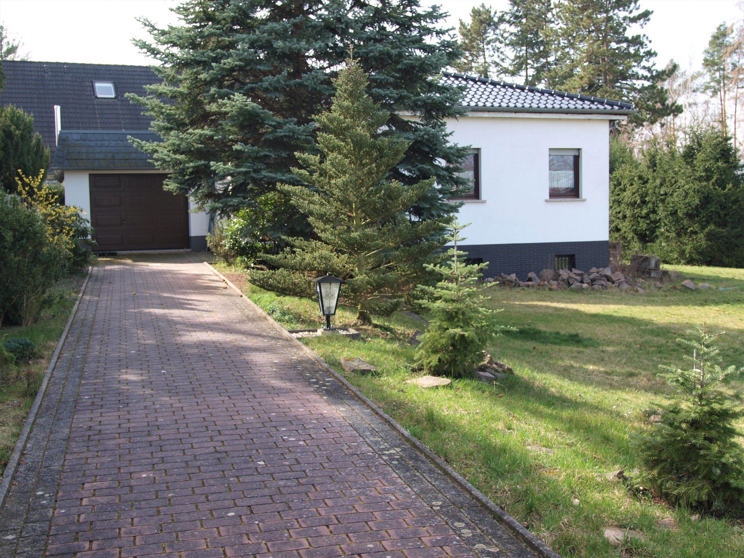 Einfamilienhaus Kröllwitz - Zufahrt mit Blick auf Haus und Garage
