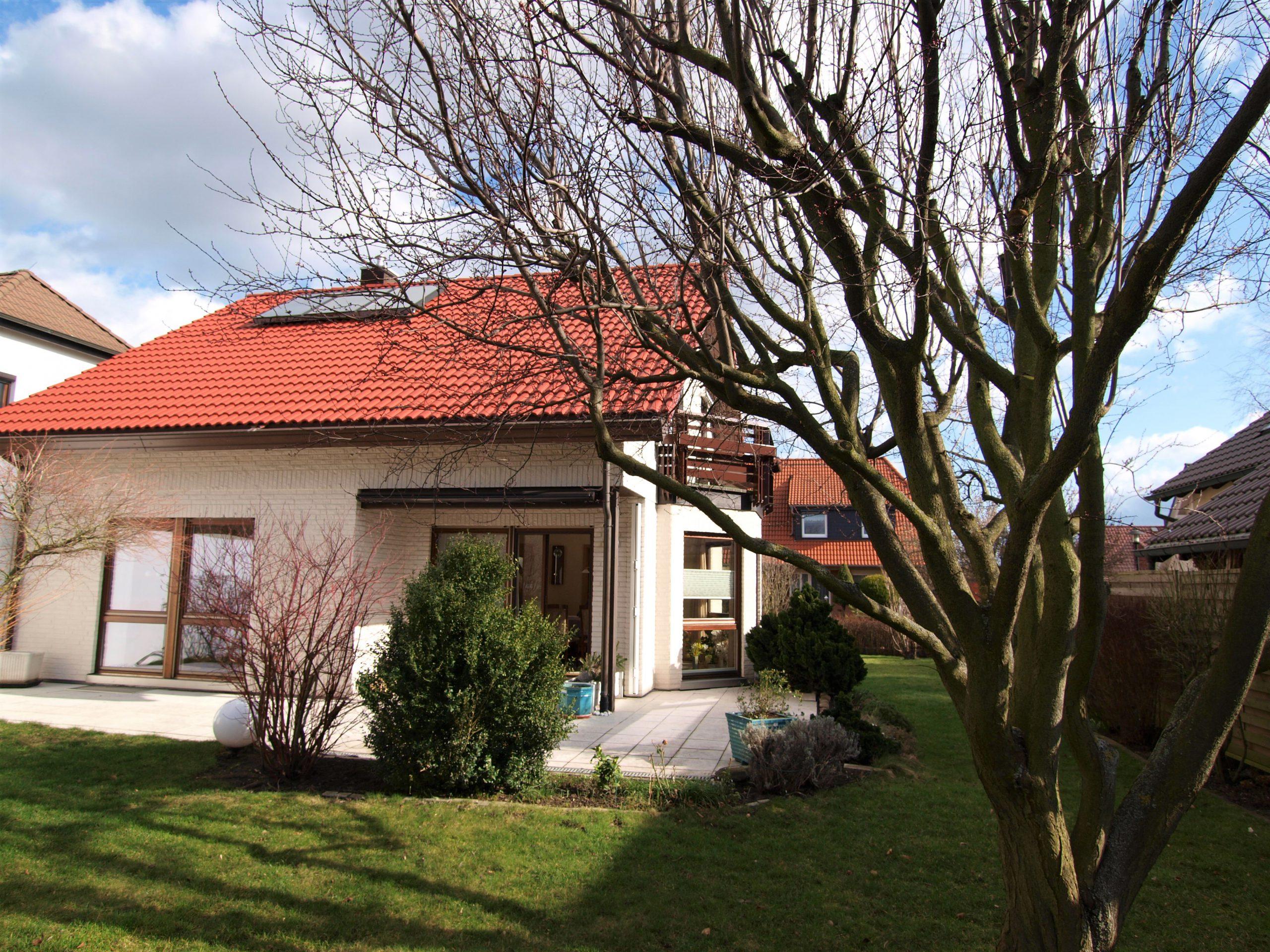 Einfamilienhaus Mötzlich - Hausansicht mit Terrasse und Balkon