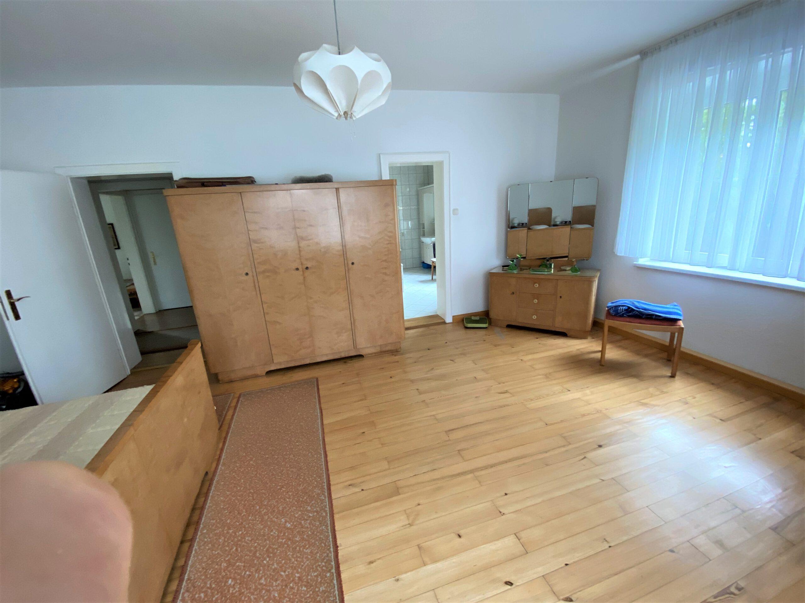 Einfamilienhaus in Leuna - Zimmer im Obergeschoss mit Zugang zum Badezimmer