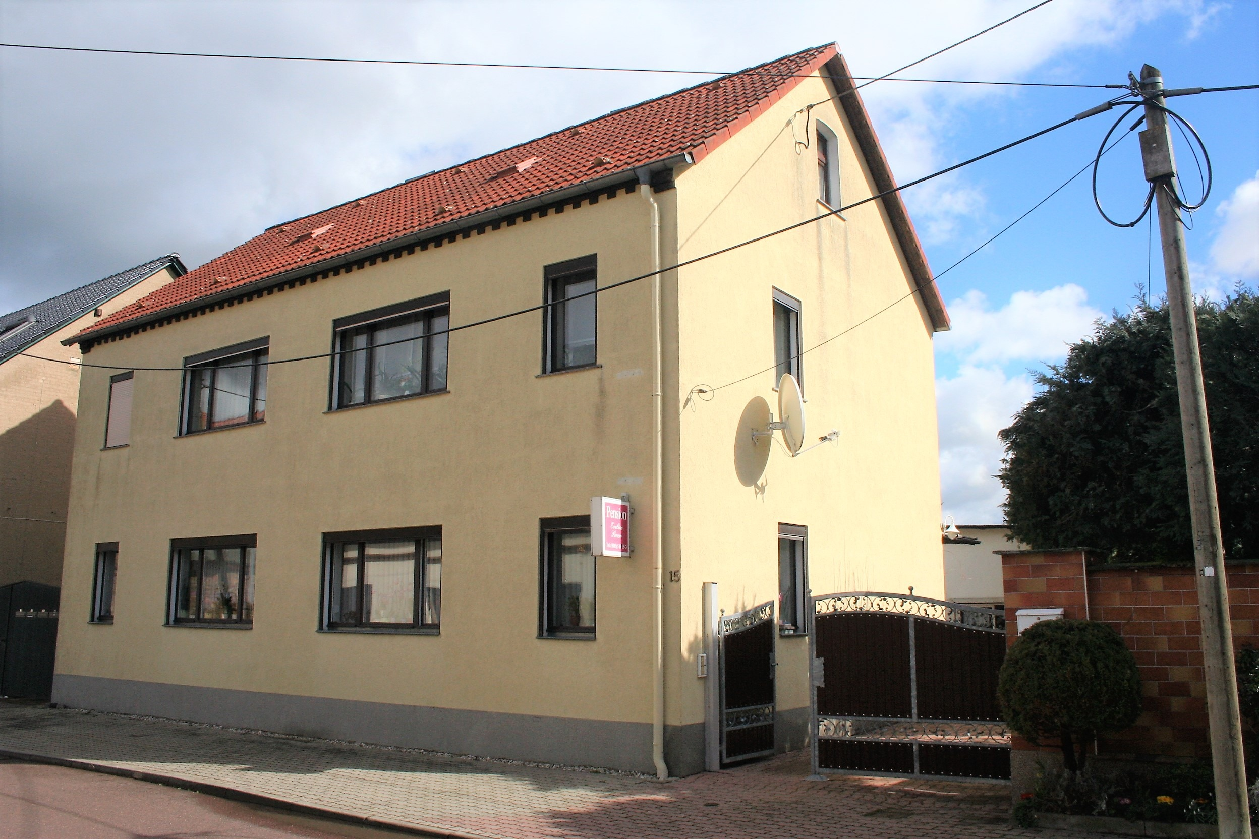 Mehrfamilienhaus/Pension in Peißen - Straßenansicht