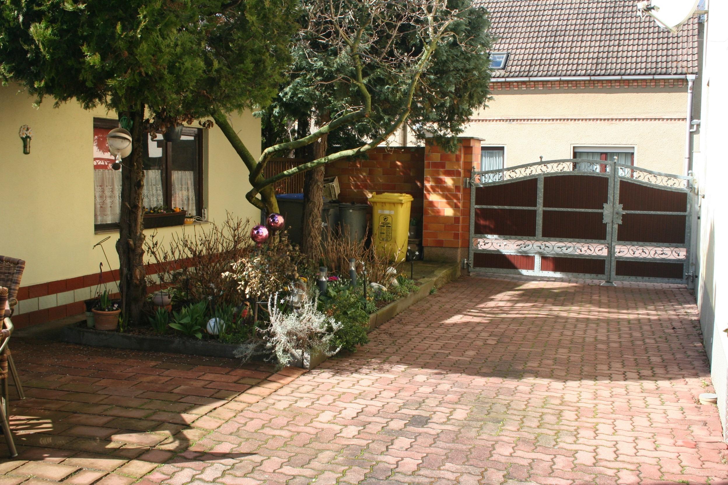Mehrfamilienhaus/Pension in Peißen - Zufahrt