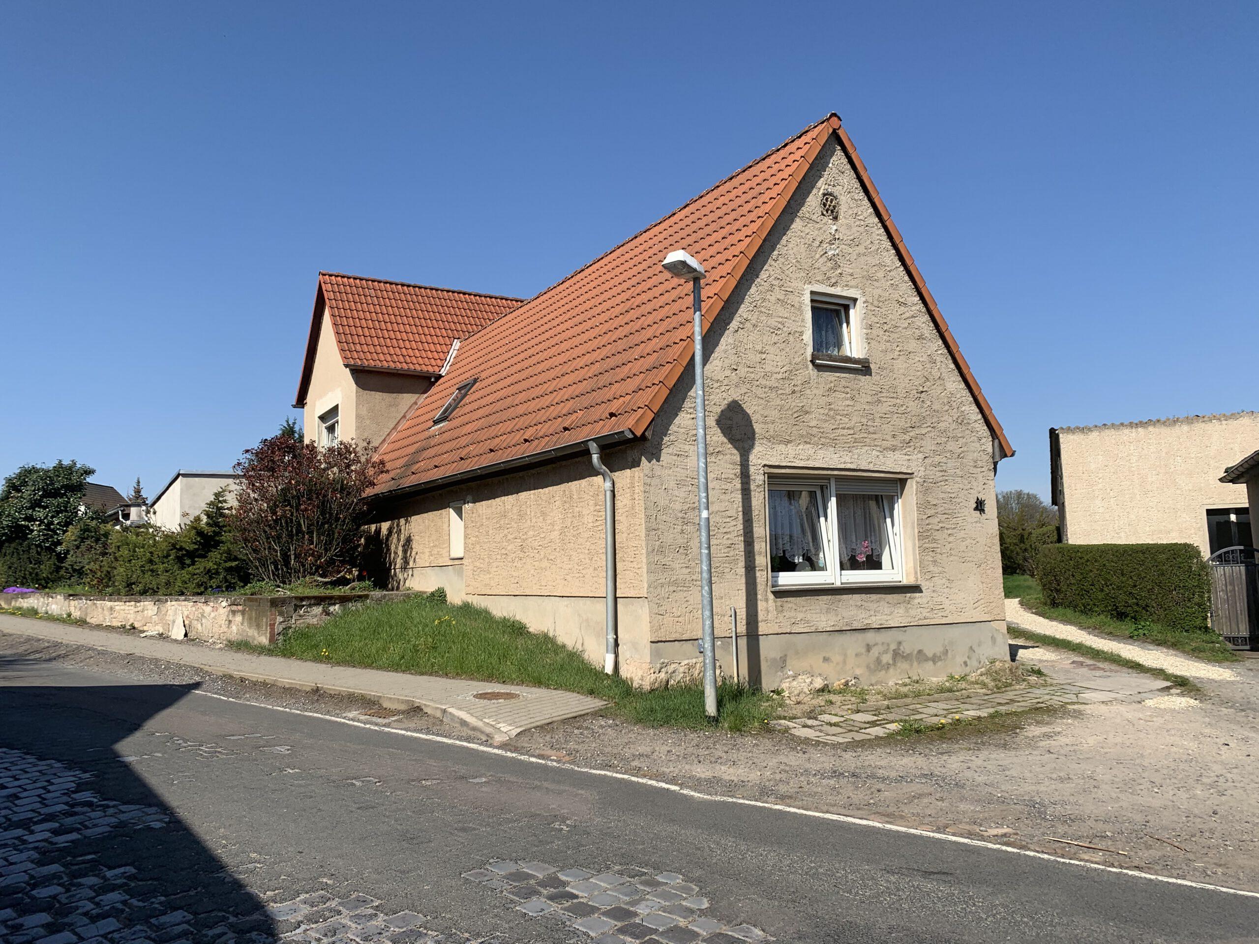 Ein- bis Zweifamilienhaus Krimpe - seitliche Straßenansicht