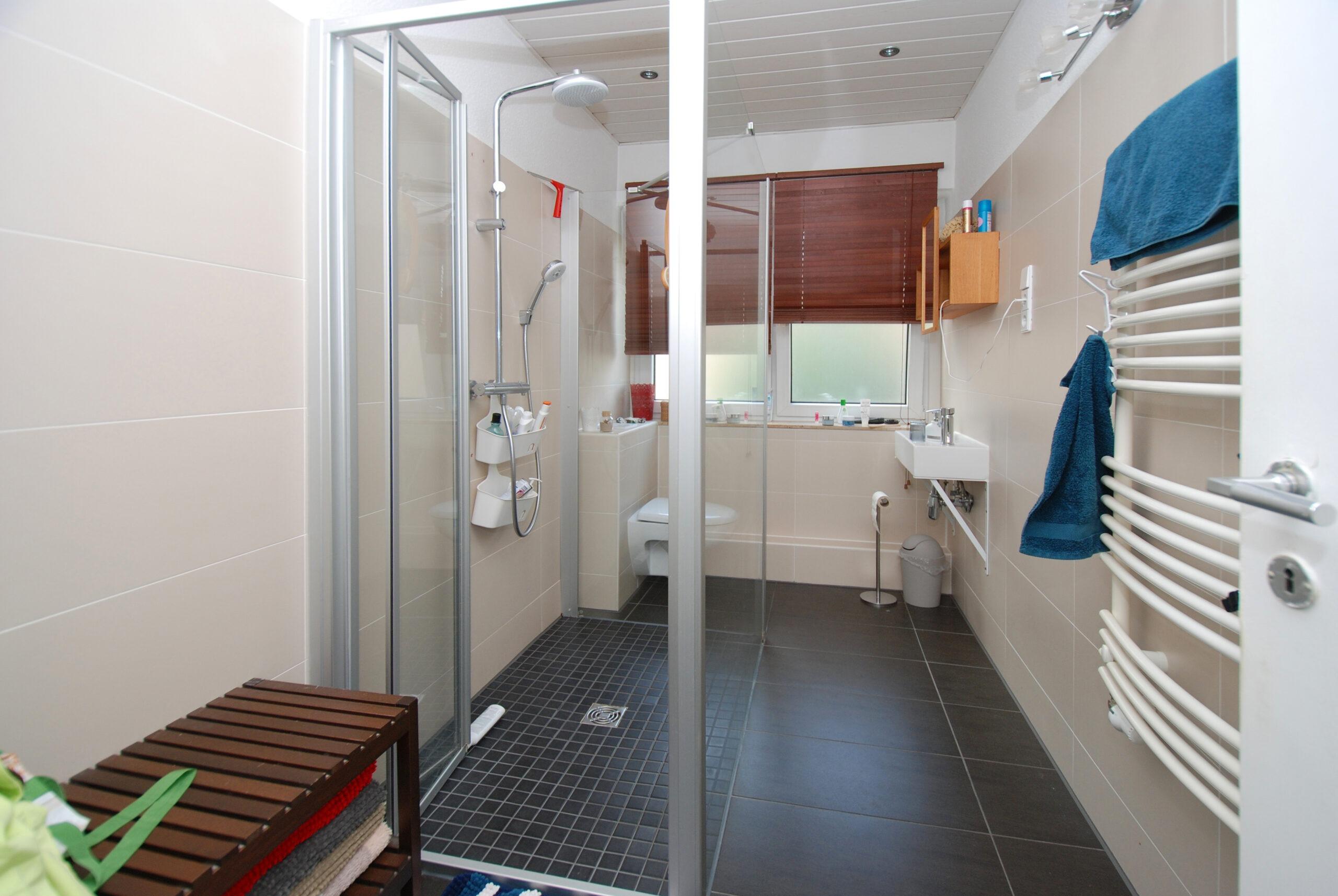 Wohn- u. Geschäftshaus - OG Bad mit ebenerdiger Dusche