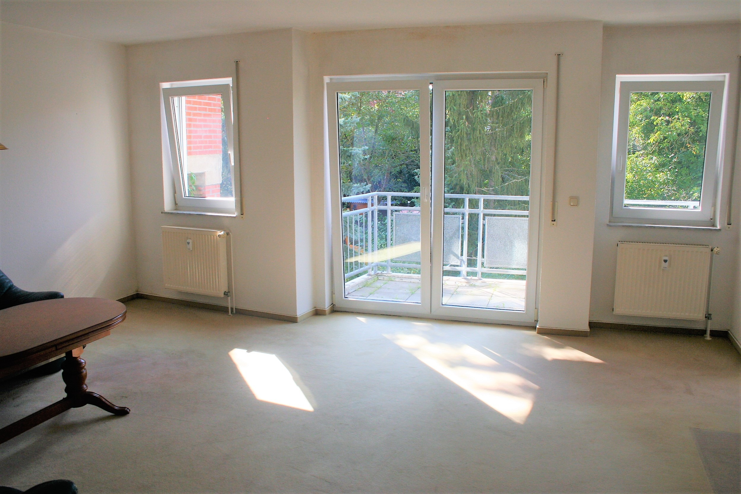 Eigentumswohnung - Wohnzimmer mit Balkonaustritt